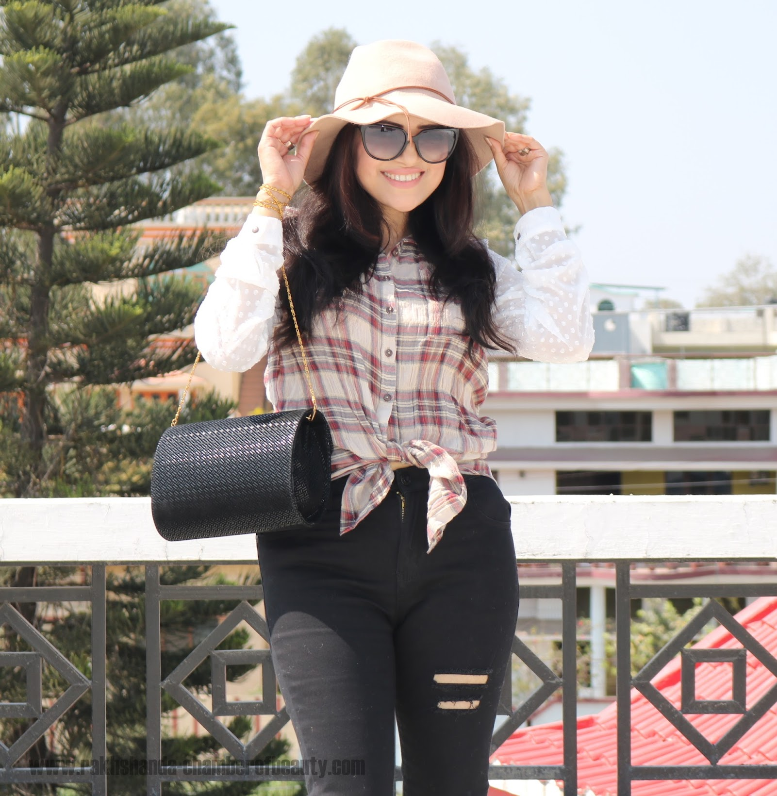 How to style black ripped jeans, Zaful Black Ripped jeans and beige hat, Spring fashion trends