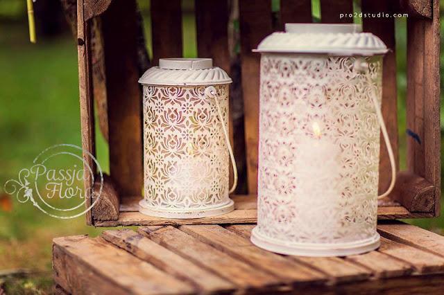 Ażurowe lampiony na ślubie w plenerze.