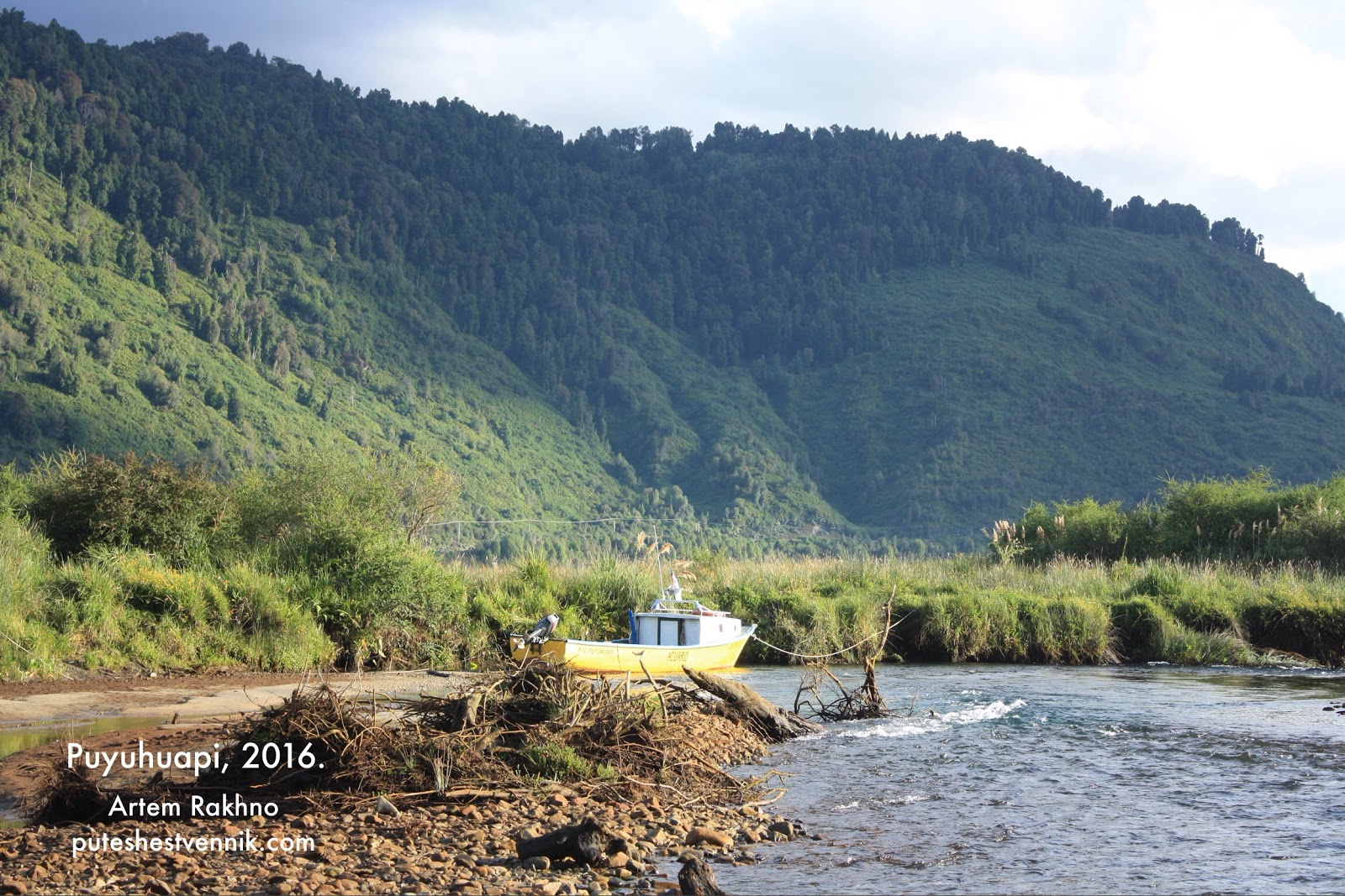Катер на реке в деревне Пуюуапи