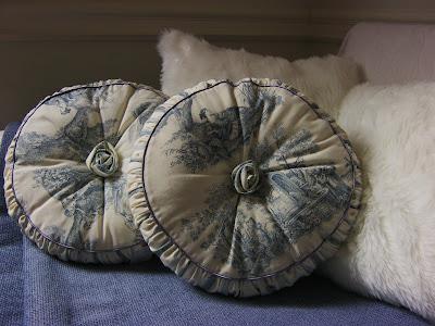 Paz montealegre decoraci n cojines toile de jouy redondo cojines escoc s cojines largos - Cojines redondos ...