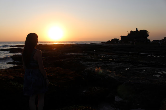 Lena viendo el atardecer de Tanah lot (Bali)