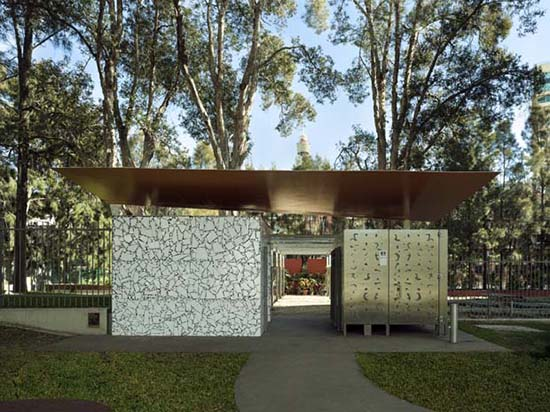 Desain inspiratif WC umum di taman kota