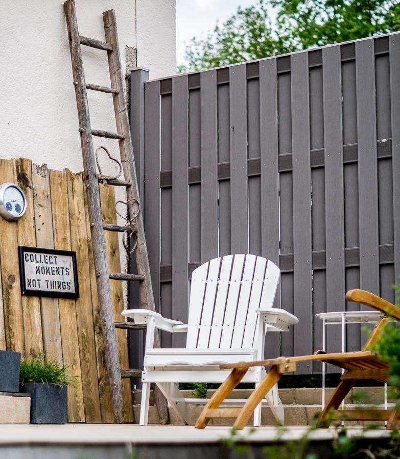 Blog + Fotografie by it's me! | fim.works | Typisch für meinen Garten | Terrassenmöbel | alte Leiter | grauer Sichtschutz