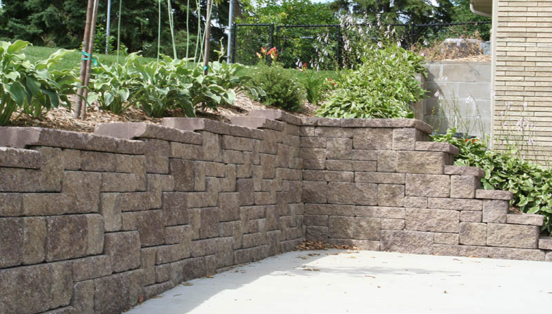 The allan block blog how do i build retaining wall corners by removing part of the lip with a chisel or saw the blocks can be overlapped for a strong interlock if your retaining wall needs reinforcement solutioingenieria Images