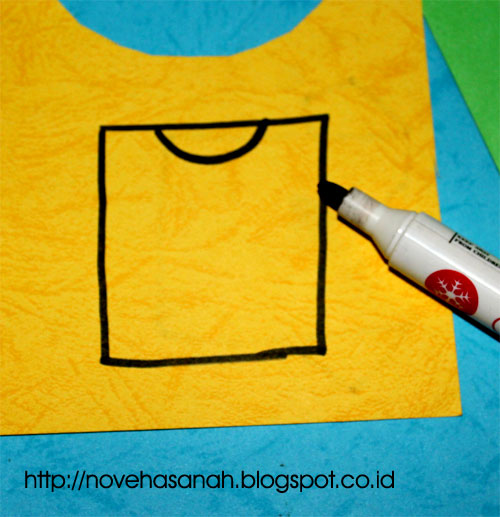 langkah kedua untuk membuat gambar t-shirt adalah dengan menambahkan garis lengkung untuk bagian leher t-shirt
