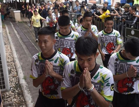 Meninos resgatados em caverna sonham em jogar futebol e integrar marinha