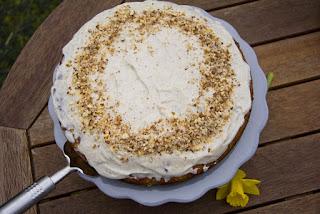 Ihr wollt einen Möhrenkuchen zu Ostern - mit diesem Rezept für einen Möhrenkuchen mit fruchtiger Ananas, crunchigen Mandeln und cremigen Frischkäse-Topping! http://honeyani85.blogspot.de/2017/04/made-with-love-wahnsinnig-leckerer.html