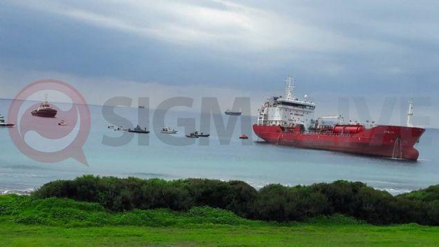 Έκρηξη σε φορτηγό πλοίο στην Κύπρο - Το πλήρωμα πηδούσε στη θαλασσα για να σωθεί (βίντεο)
