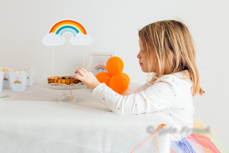 la piccola festeggiata sistema il topper torta ad arcobaleno