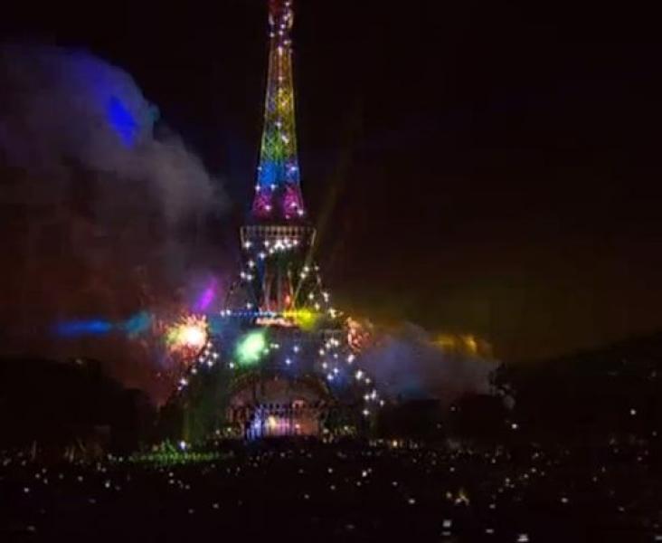 La tour Eiffel s'illumine aux couleurs homosexuels pour rendre hommage aux victimes d'Orlando.