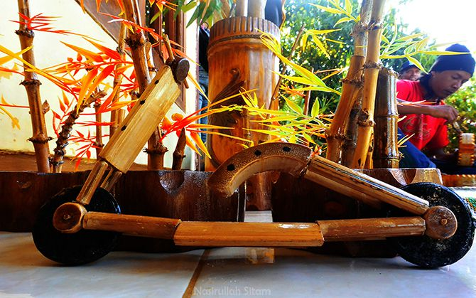 Miniatur sepeda motor terbuat dari bambu