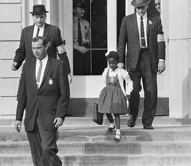 Primera niña negra en asistir a una escuela de blancos, foto tomada el 14 de Noviembre de 1960. Fotos insólitas que se han tomado. Fotos curiosas.
