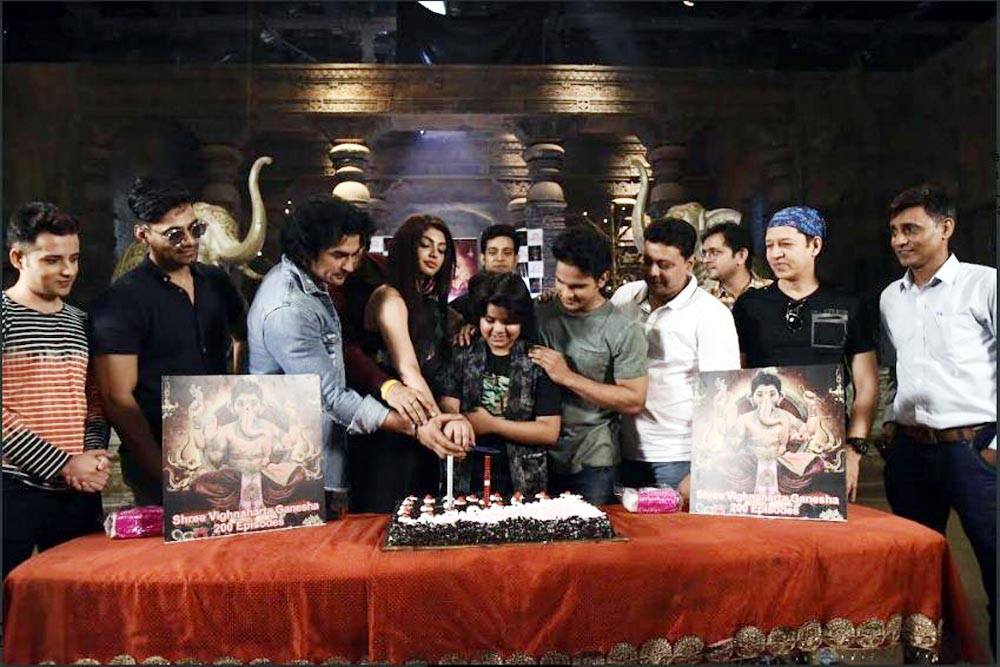 The Cast and crew of show Vighnaharta Ganesh celebrating the milestone of 200 episodes