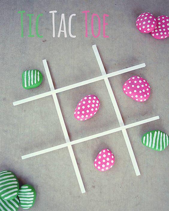 piedras en dos colores para juego tres en raya