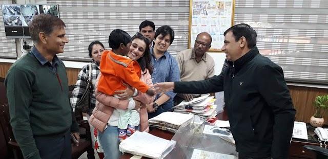 मुम्बई की फिल्म मेकर महिला ने लिया बच्ची को गोद।