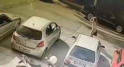 Στο βίντεο φαίνεται η άτυχη γυναίκα να παρκάρει το κόκκινο αυτοκίνητό της και μετά να περπατά προς την είσοδο του γραφείου στο οποίο δουλεύε...