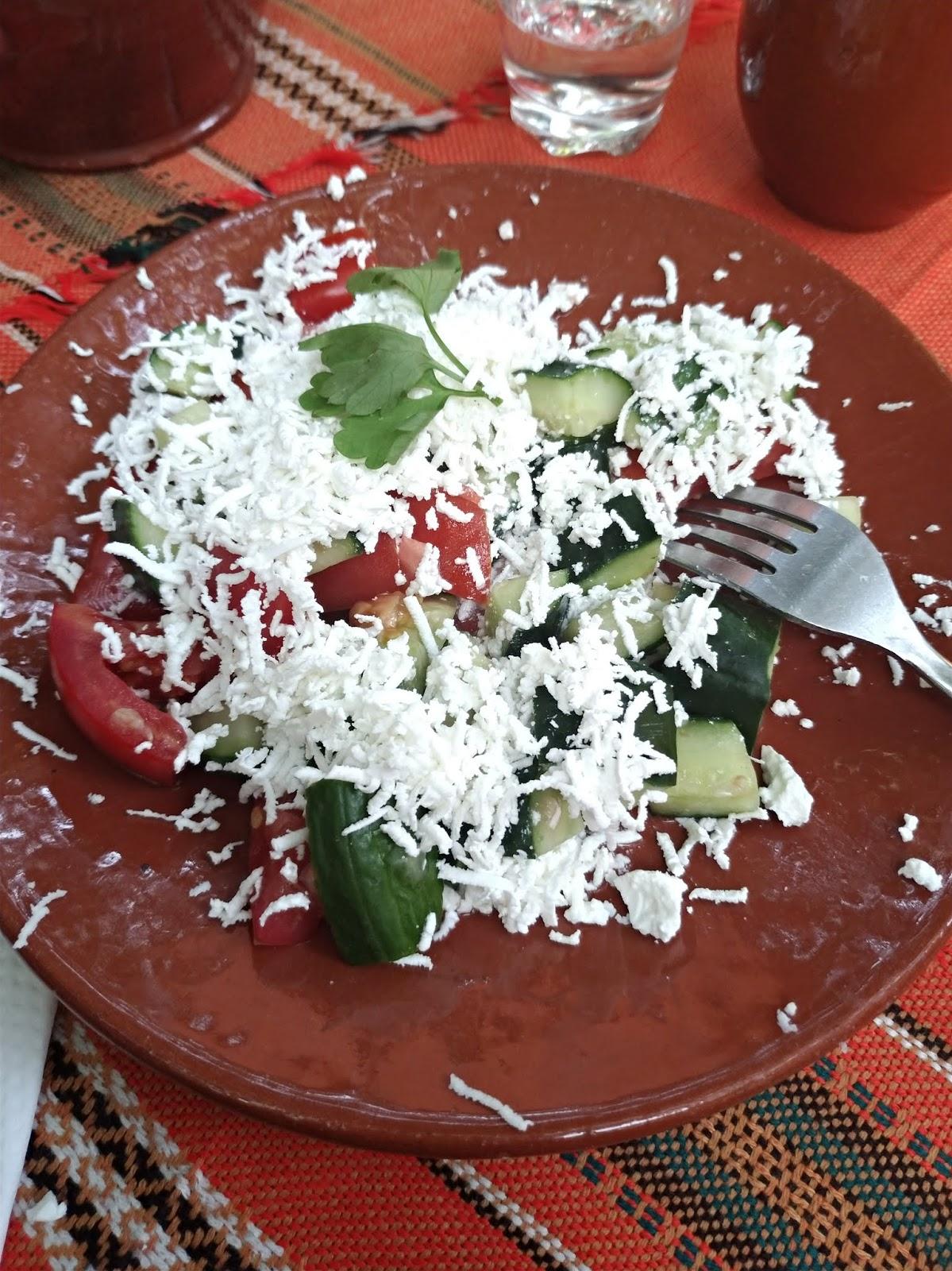 bułgarska biesiada na wycieczce, restauracja Piknik Bivaka, sałatka szopska