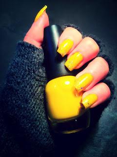 unghie giallo chiaro con brillantino sulla parte superiore dell'unghia