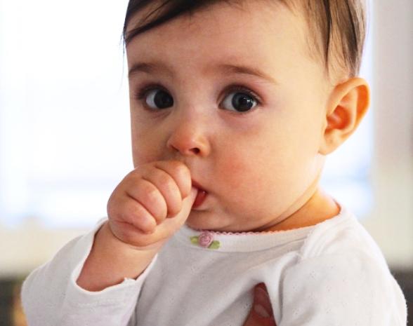 9 Cara Menghilangkan Kebiasaan Mengisap Jari Jempol dan Telunjuk pada Anak
