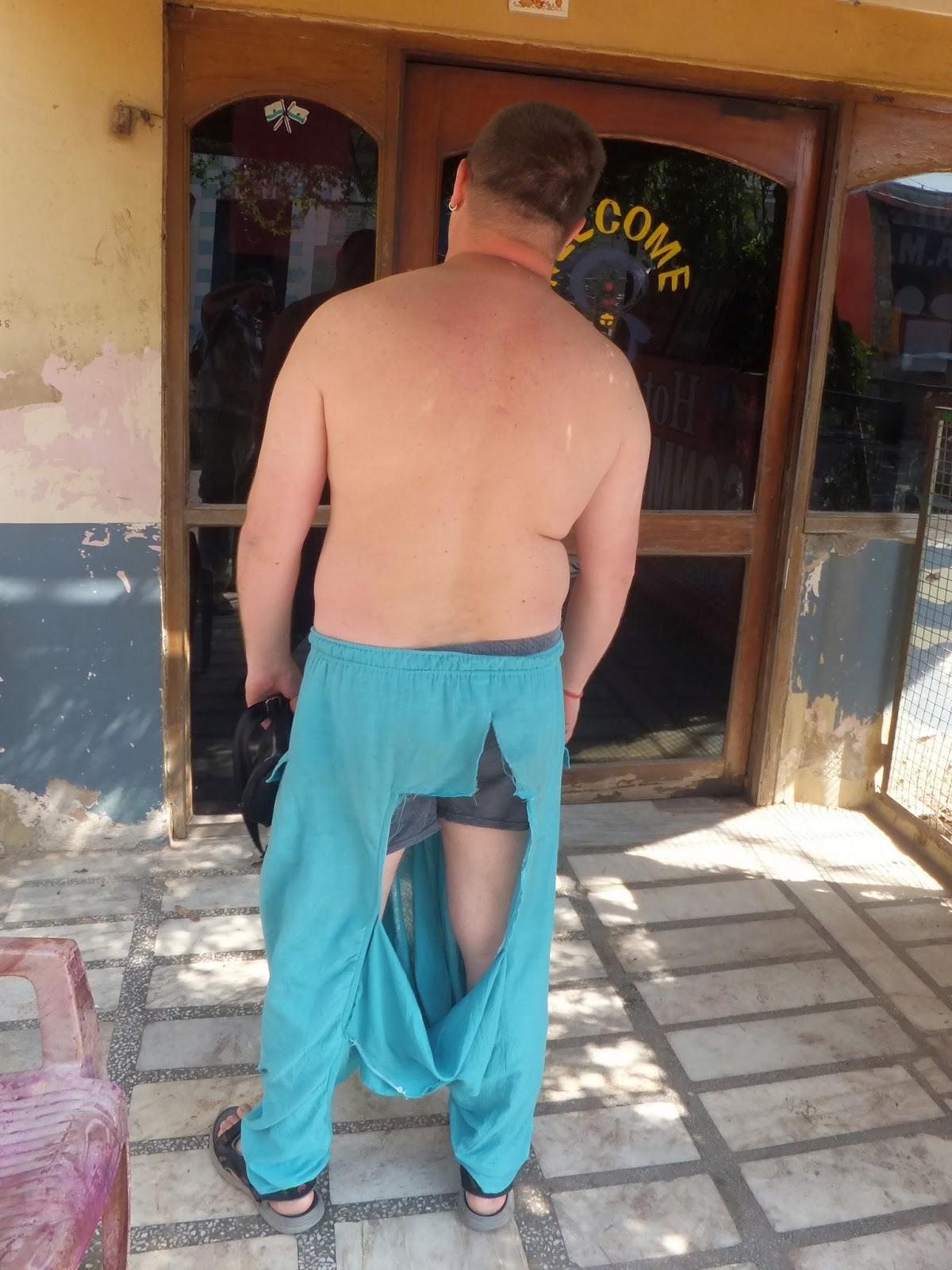 Максиму пьяные индусы порвали штаны во время праздника холи