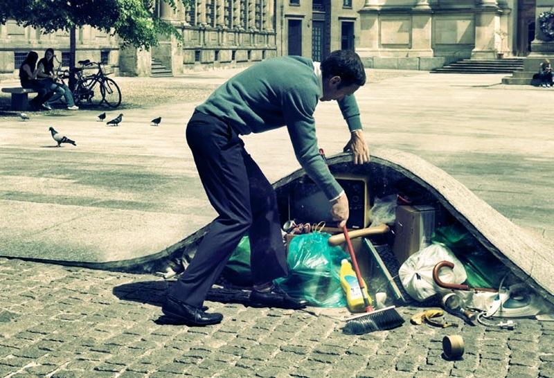 Homem varrendo seu lixo para debaixo do tapete para esconder toda a sua sujeira.
