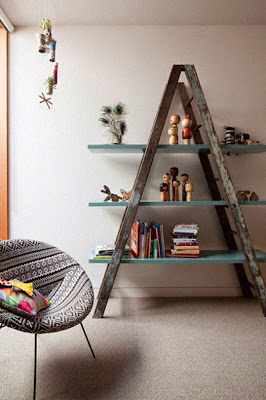 Escalera de tijera hace las veces de librero.