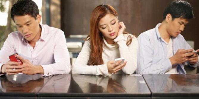 Tipe Pengguna Smartphone yang Ganggu Saat Nongkrong