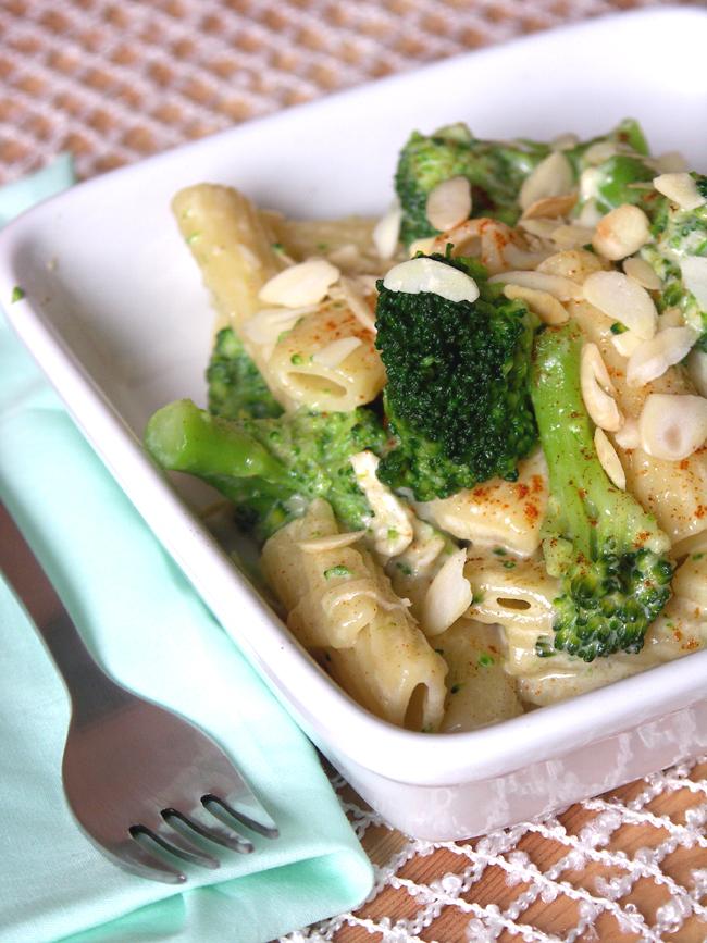 makaron rurki z serem pleśniowym i brokułami