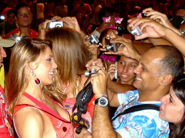 Sheila Melo, do É o Tchan, é tietada ao sair do Sambódromo do Rio. Foto de Marcelo Migliaccio