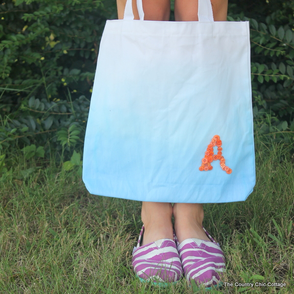 A great button monogram tote for back to school.  Perfect for the student, teacher, or a special gift for mom to carry herself.  Make your own ombre tote in a few simple steps.