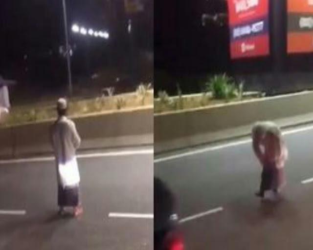 Seorang Pria di Malaysia Salat di Tengah Jalan Tol, Videonya Viral