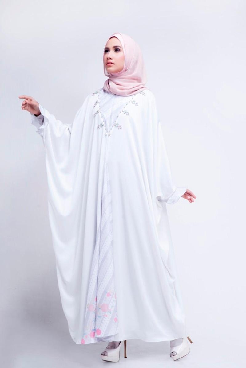 Gamis Putih dan Jilbab Putih