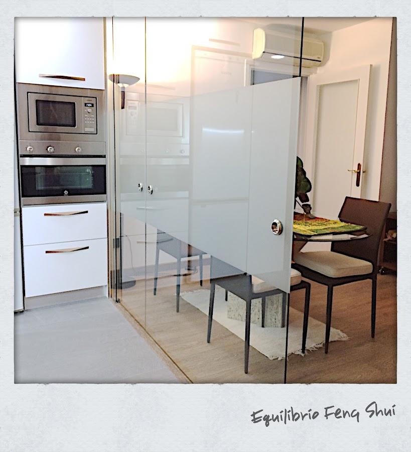 La puerta corredera de vidrio separa ambientes