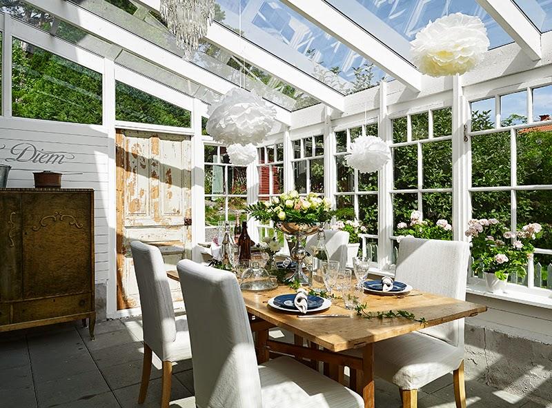 Biały, drewniany domek, wystrój wnętrz, wnętrza, urządzanie domu, dekoracje wnętrz, aranżacja wnętrz, inspiracje wnętrz,interior design , dom i wnętrze, aranżacja mieszkania, modne wnętrza, vintage, shabby chic, białe wnętrza, jadalnia