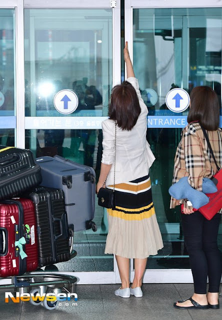 Auto Door Refuses To Open For This Famous Idol!