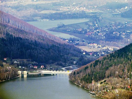 Zapora Porąbka spiętrzająca wody rzeki Soły, tworząc Jezioro Międzybrodzkie (wybudowana w latach 1928–1937).