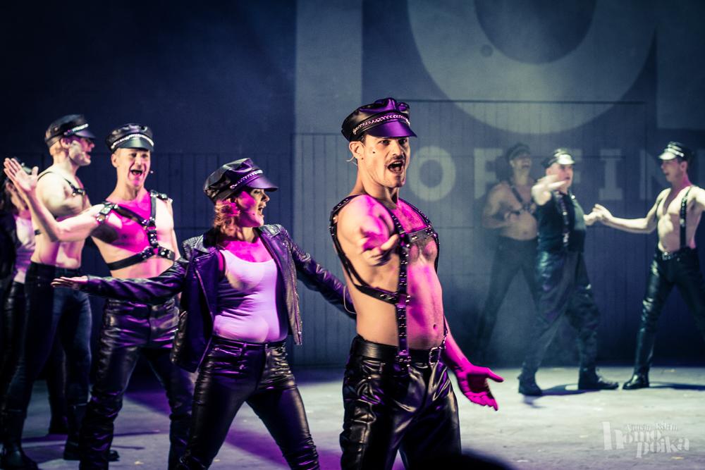 Tom of Finland -musikaali on iloisen seksin julistus, joka saa heteromiehenkin kyyneliin - Tämän ...