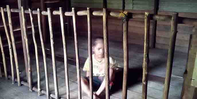 Pilu Hati, Sudah 2 Tahun Bocah Ini Tinggal Dikandang Sendirian Dalam Rumahnya