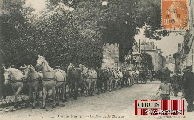 trente chevaux tirent un char de Parade