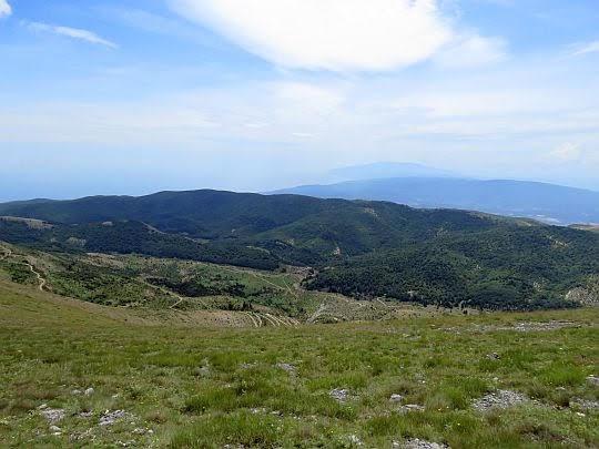 W dali na południu majaczą się Góry Pelion.
