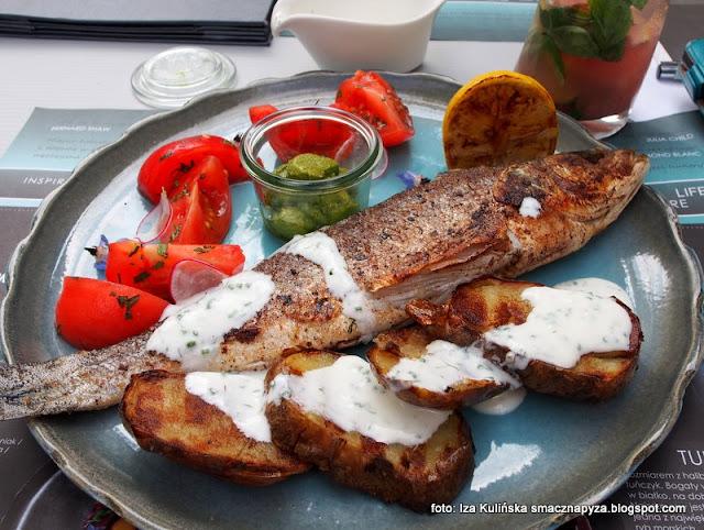 okoń morski z grilla z pomidorem malinowym i miętą oraz pieczonym ziemniakiem z sosem ze zsiadłego mleka , ryba , obiad , bistro , test , blogerka kulinarna , menu , warszawa ,anie główne ,