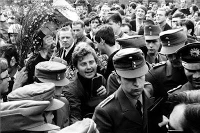 Daniel Cohn-Bendit, rodeado de gendarmes.