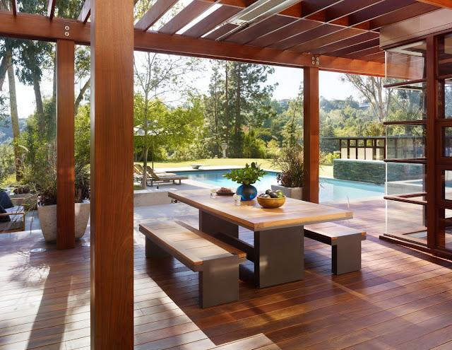 Arredamento per esterno in legno coordinato con strutture in legno