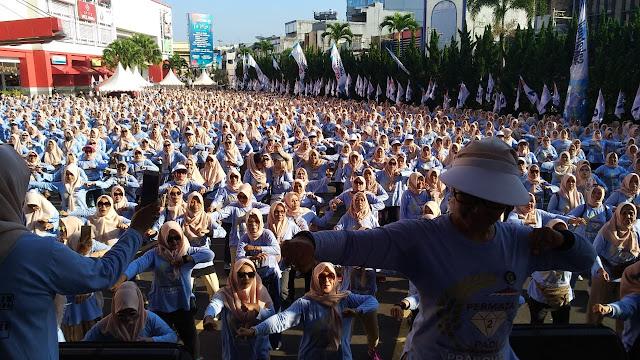 Pecahh! Meski Tak Dihadiri Prabowo-Sandi, Ribuan Emak-Emak Ikuti Senam Massal 02