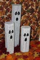 decorar con fantasmas en troncos de madera para halloween