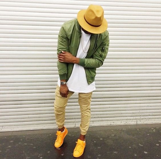 Look masculino com Jaqueta bomber verde militar, Calça Jogger, Adidas Superstar