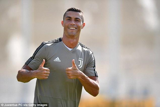 Ronaldo hứng khởi trong buổi tập đầu tiên cùng Juventus 1