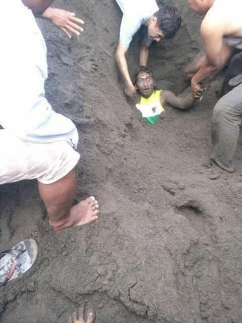 Ingin Ketawa Tapi Kasihan Lihat Pria Ini Terkubur Pasir Pantai Sekujur Tubuh Karena Kejadian Ini, Lihat Videonya..