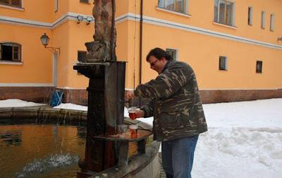 Lustige Menschen Bilder - Bier zapfen aus Quelle / Brunnen