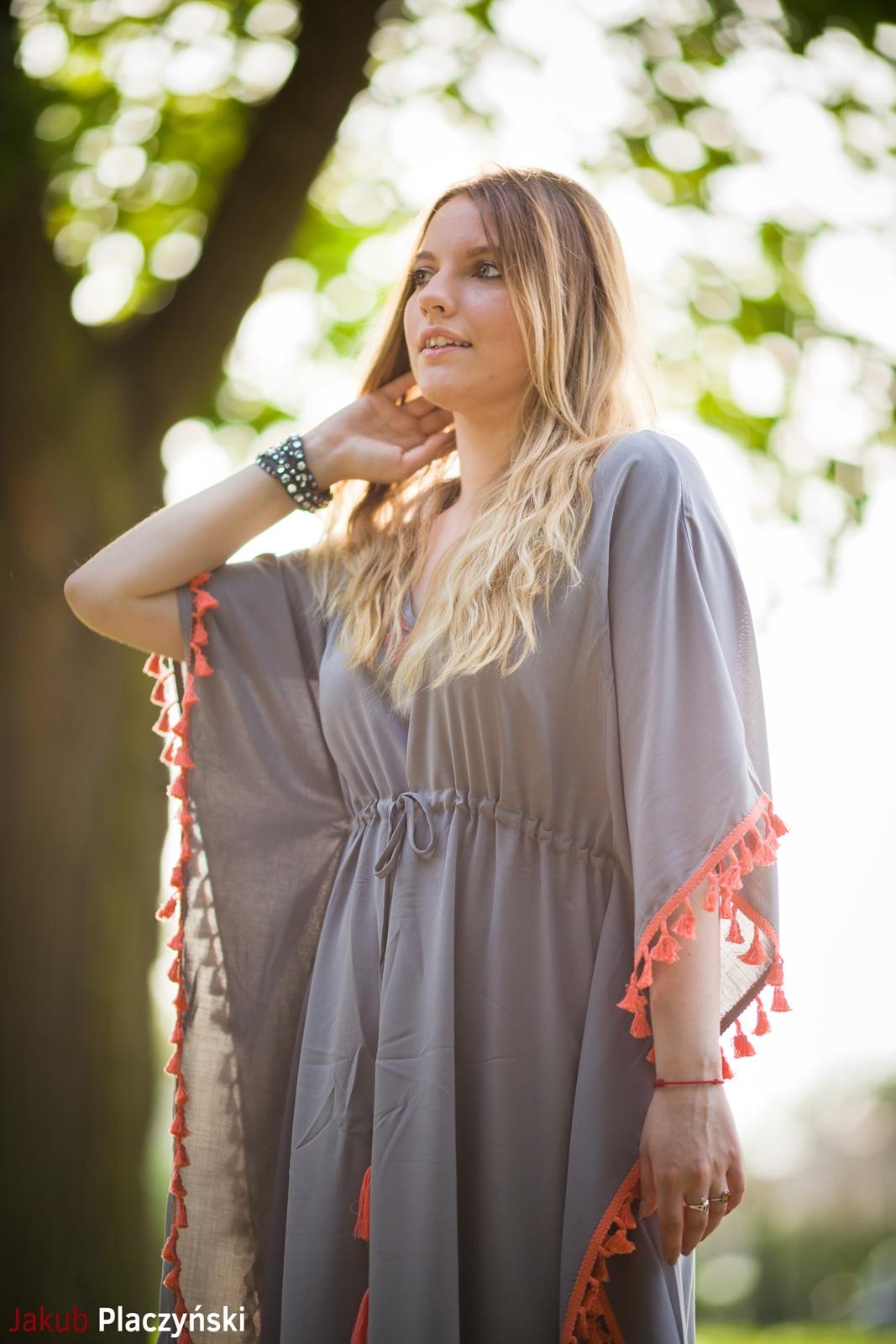 8 sukienka szara z frędzlami maxi na lato bonprix sukienki na wakacje bizuteria piotrowski kryształy svarowskiego letnia stylizacja melodylaniella sukienka dla wysokiej dziewczyny fashion moda